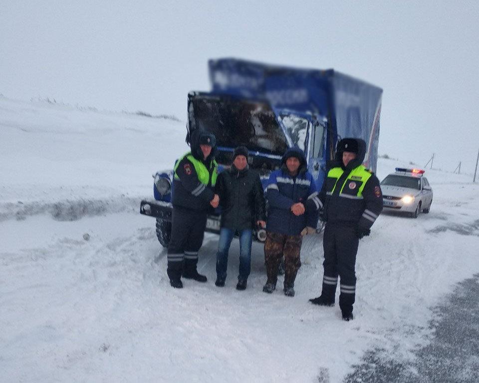 Губкинские полицейские вытащили из кювета машину «Почты России» , фото-1