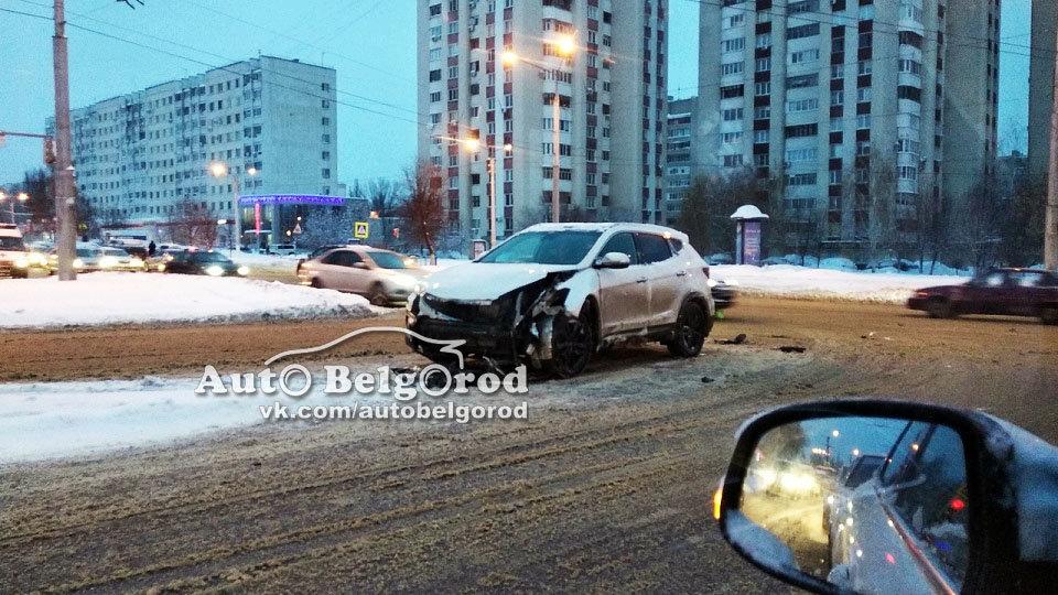 В Белгороде на светофоре произошло ДТП с пострадавшими. Инспекторы выясняют, кто виноват, фото-4
