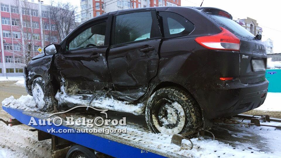 В Белгороде на светофоре произошло ДТП с пострадавшими. Инспекторы выясняют, кто виноват, фото-3
