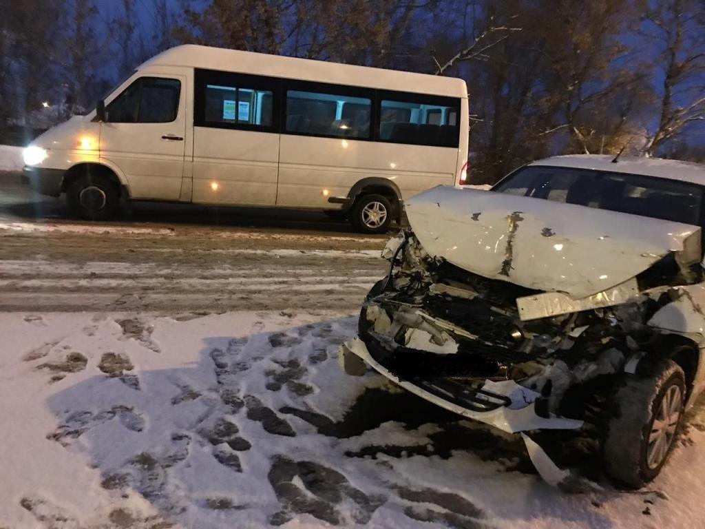 В Старом Осколе водитель иномарки догнал микроавтобус. Есть пострадавшие, фото-1