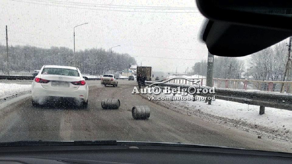 В Белгороде грузовик растерял пивные кеги , фото-1
