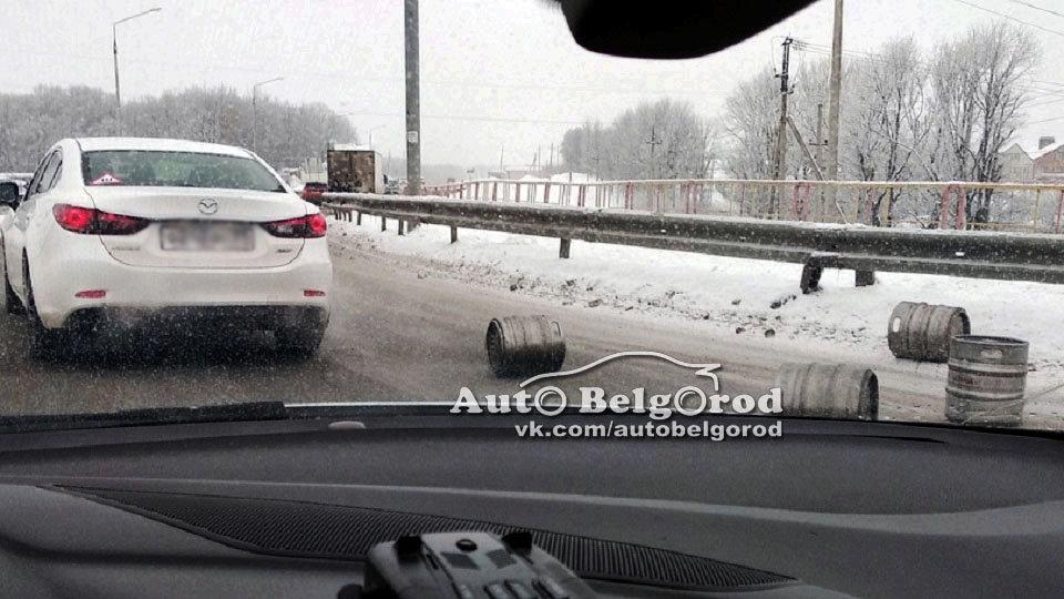 В Белгороде грузовик растерял пивные кеги , фото-3