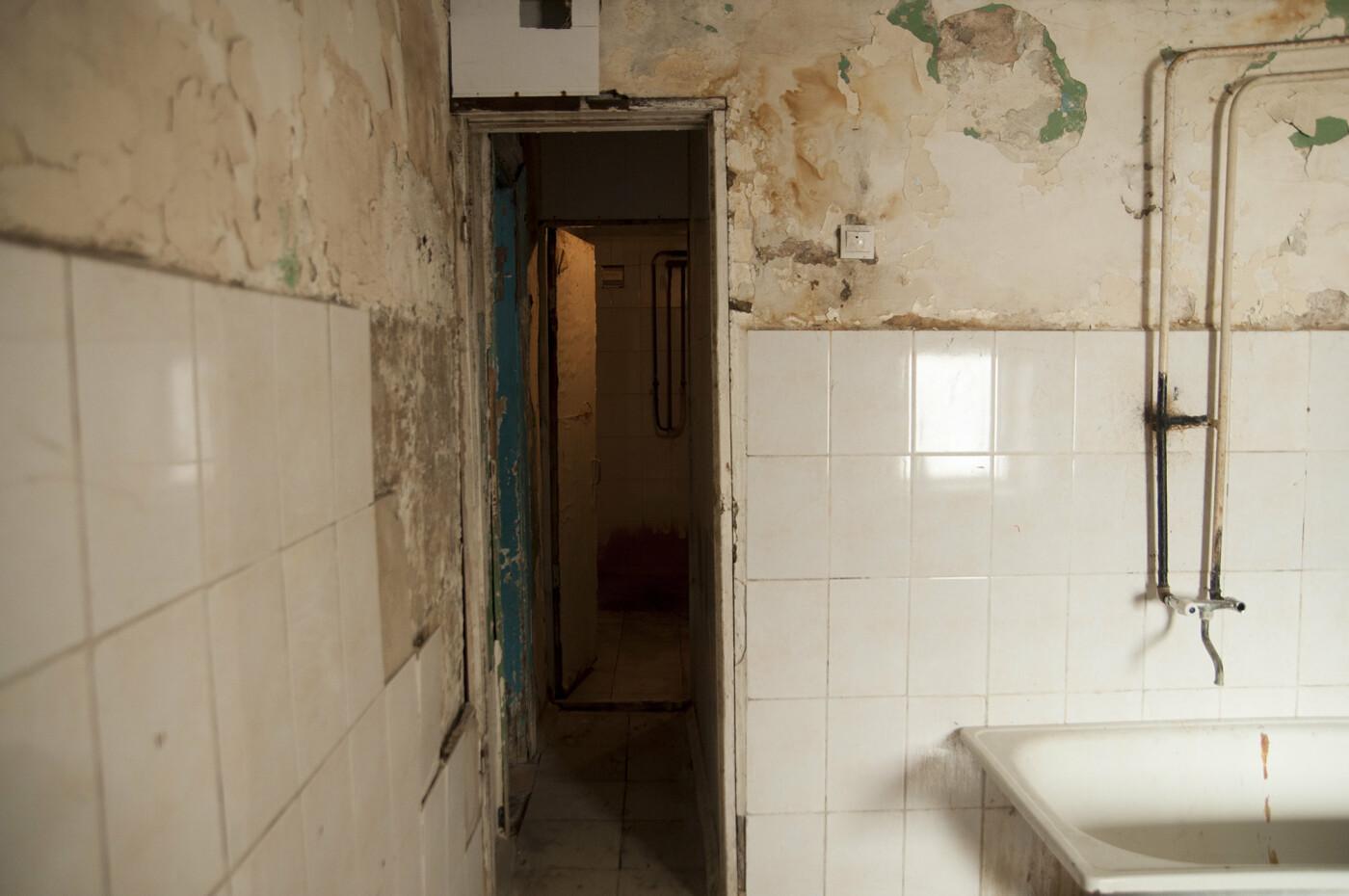 «Все, кто мог, отсюда съехали». Жильцы пятиэтажки в центре Белгорода пожаловались на ужасные условия проживания, фото-8