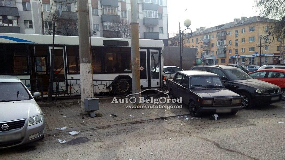 В Белгороде водитель автобуса собрал в ДТП 4 машины, фото-1