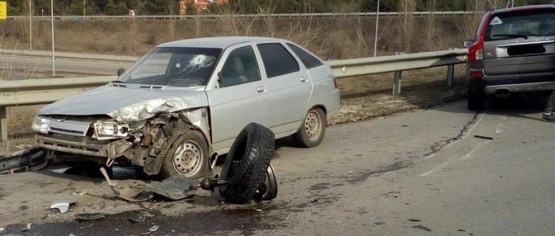 В Белгороде померялись силами легковушка и автобус , фото-1