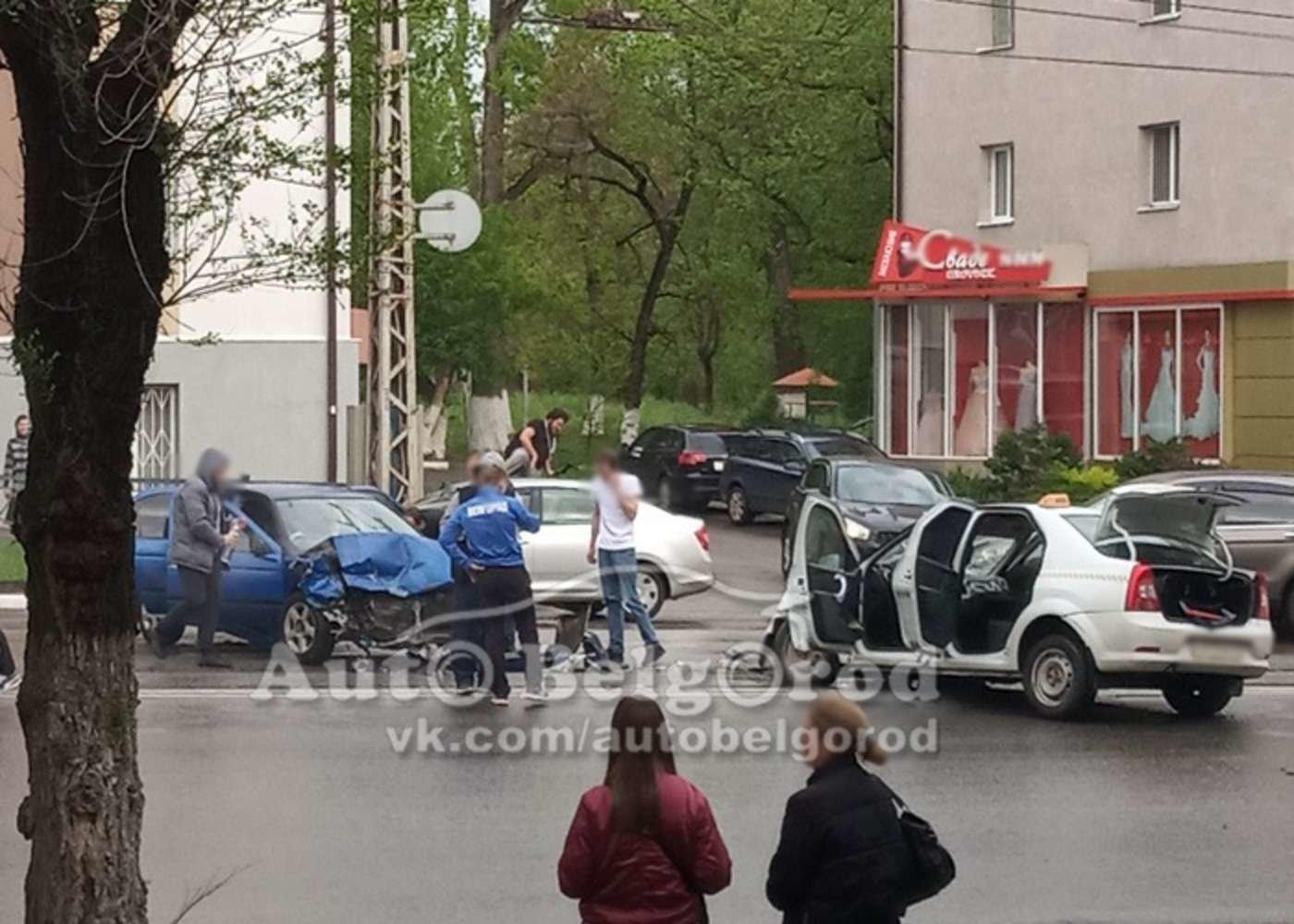 В центре Белгорода столкнулись такси «Рено» и «Ниссан» , фото-1