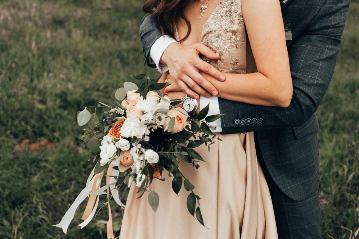 Поймать свадебный букет невесты. Что надо делать на чужой свадьбе, чтобы скоро выйти замуж, фото-3