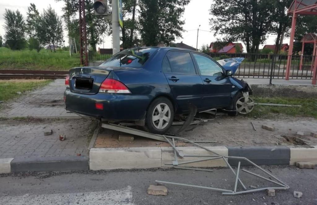 В Белгороде грузовик протаранил легковушку с ребёнком в салоне, фото-2