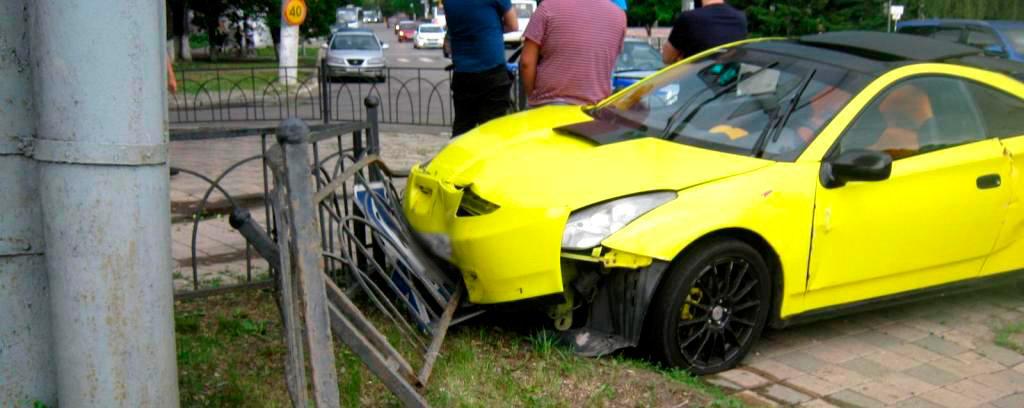 В Белгороде «Тойота» влетела в дорожное ограждение , фото-1