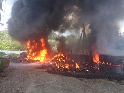 В Валуйском районе произошёл пожар на заводе по переработке шин, фото-1
