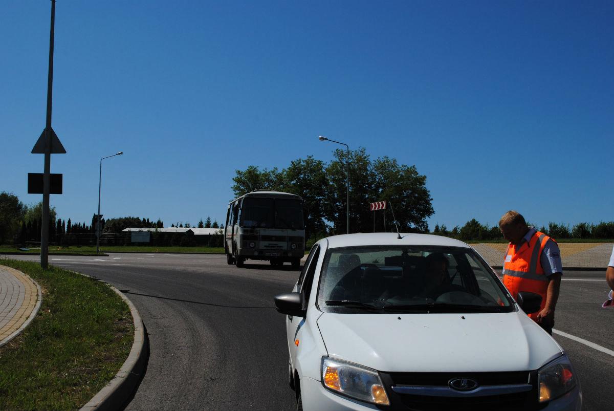 Машинисты вышли на дороги области с предупреждением к водителям, фото-1