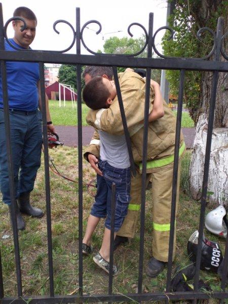 В Строителе ребёнок застрял между прутьями забора, фото-2