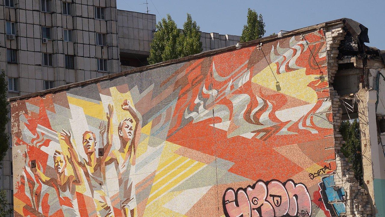 «Это образец советского монументального искусства». Мозаику на стене разрушенной белгородской спортшколы пытаются сохранить, фото-1