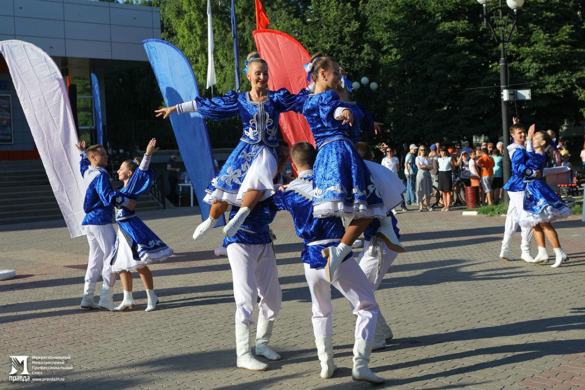 Жители 15 округа Белгорода отметили День России праздничным концертом, фото-7
