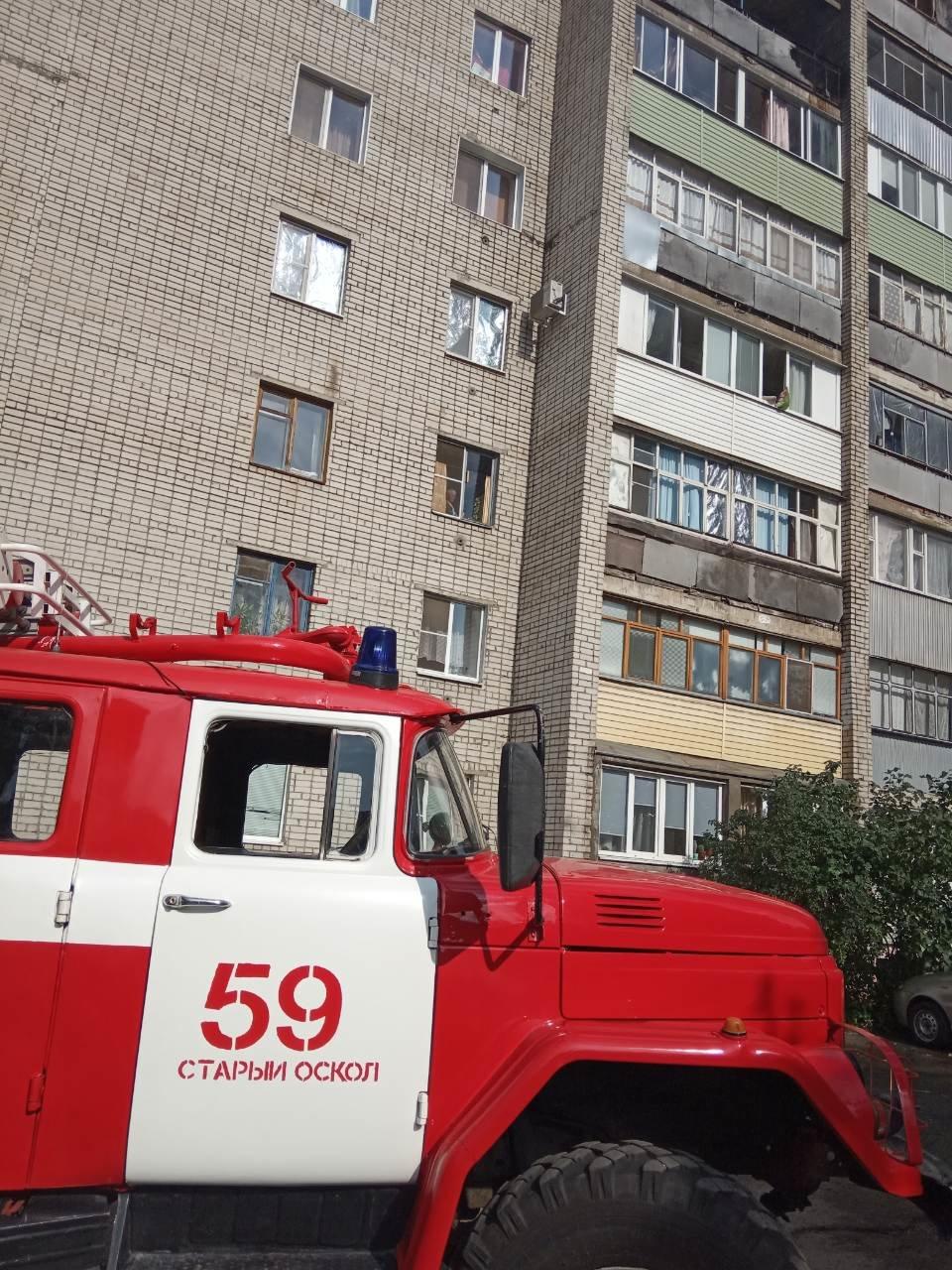 В Старом Осколе из-за непотушенной сигареты сгорел балкон квартиры, фото-1