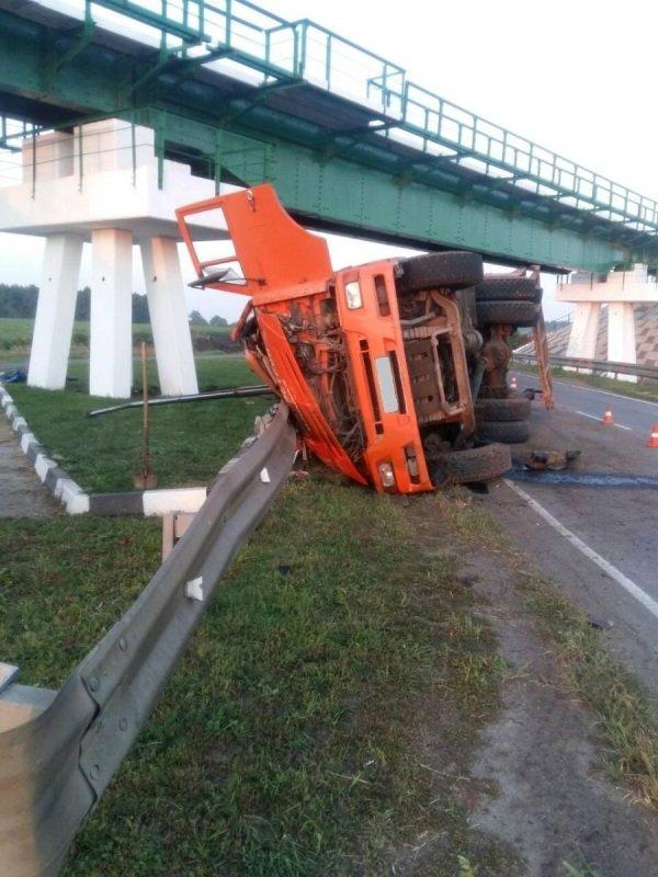 Под Белгородом грузовик кузовом зацепил опору моста, фото-1