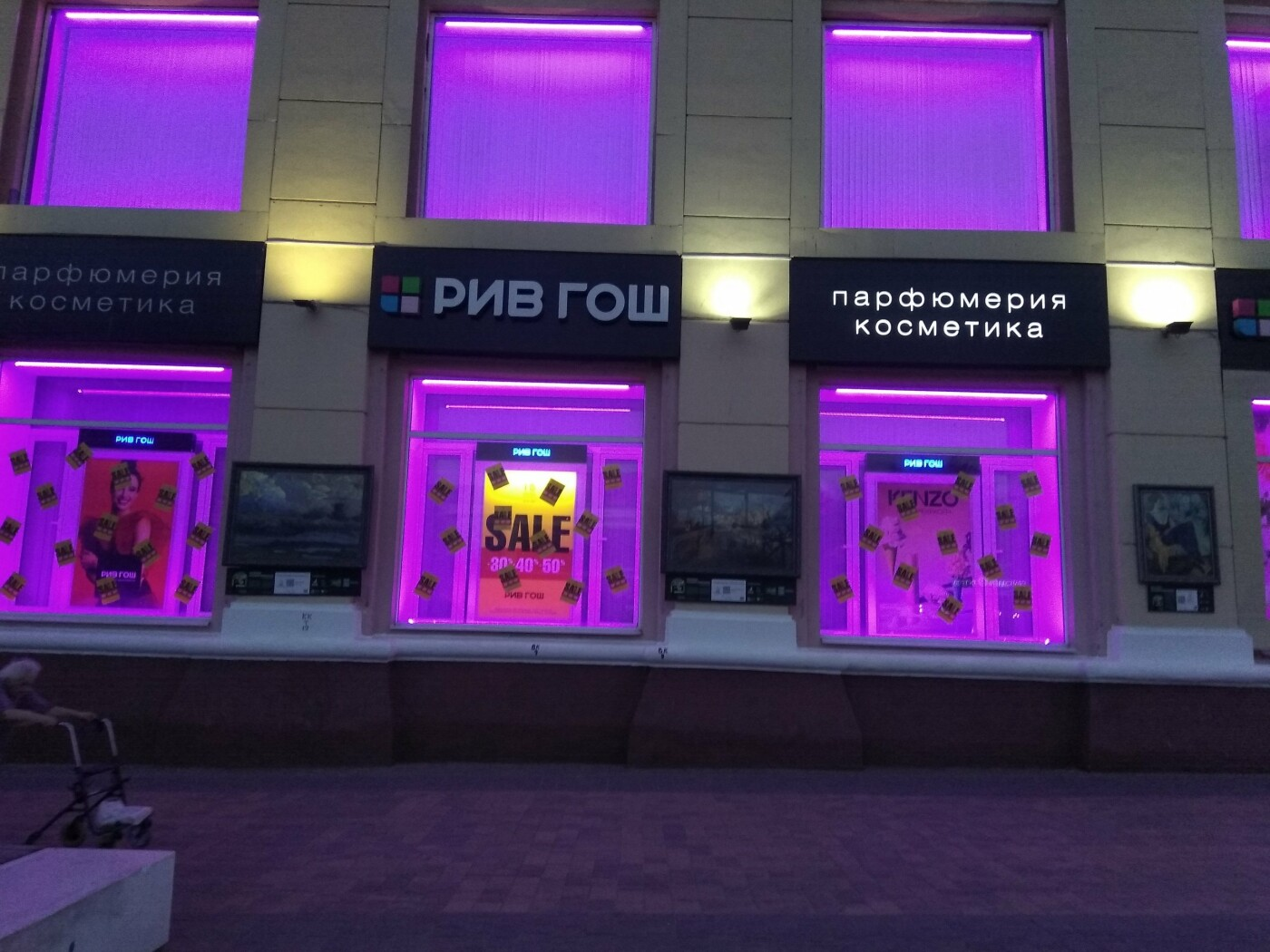 В Белгороде уличная экспозиция картин слилась с рекламой, фото-3