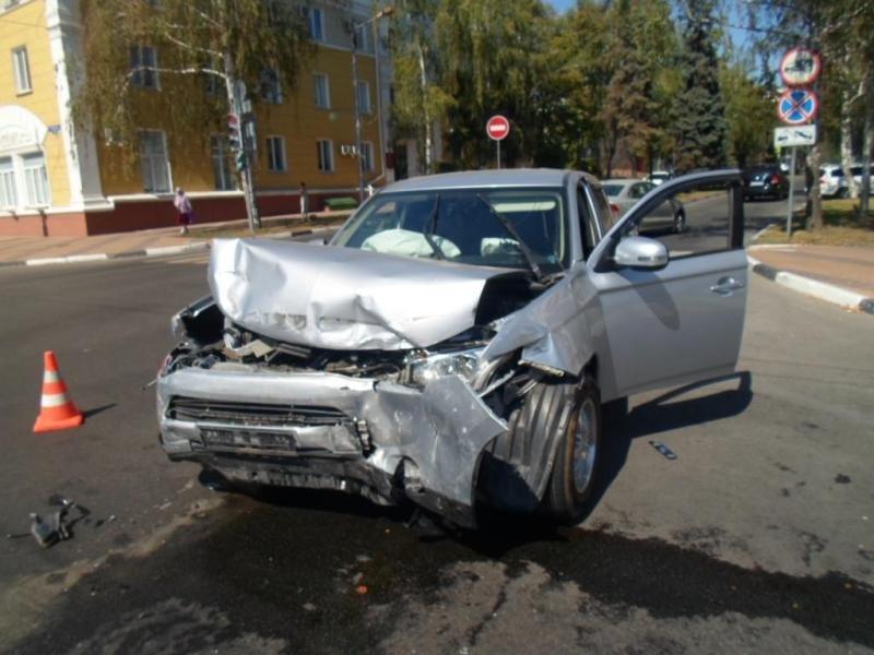 В Белгороде припаркованные машины не дали иномарке вылететь на тротуар, фото-1
