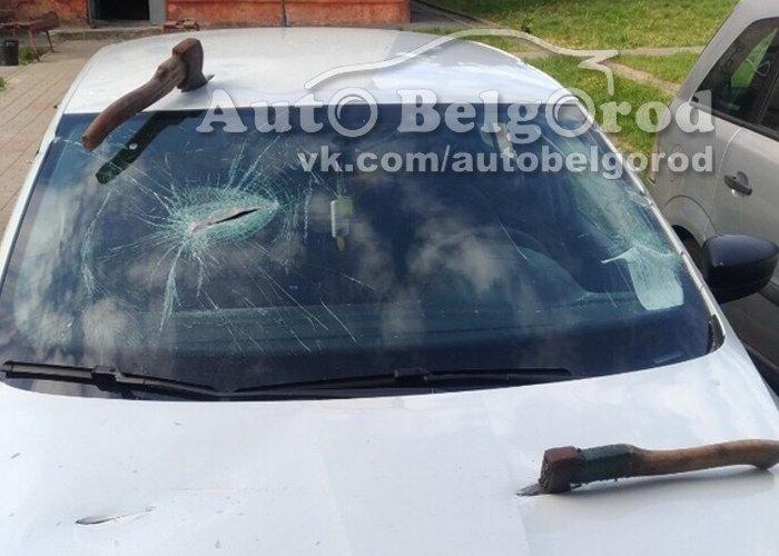 В Губкине неизвестные изрешетили крышу авто топором, фото-3