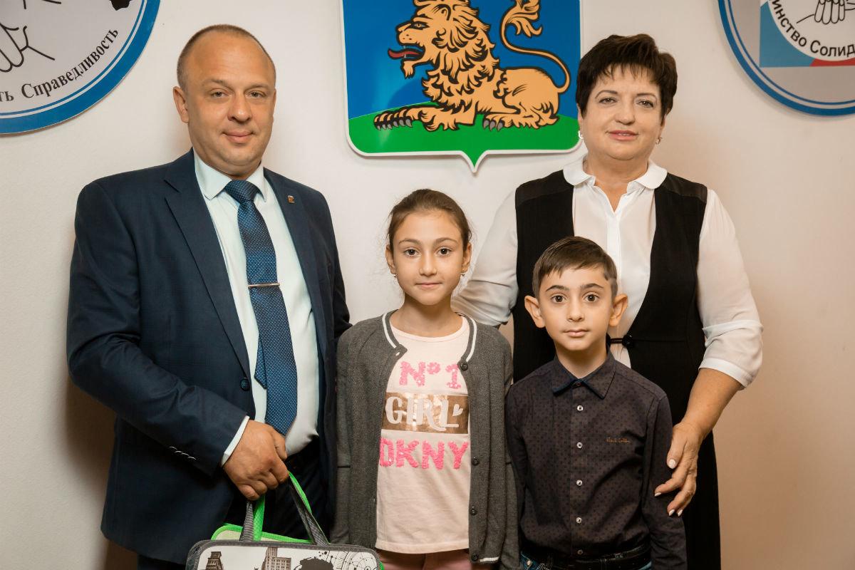 45 детей из многодетных и малообеспеченных семей получили подарки к началу учебного года, фото-3