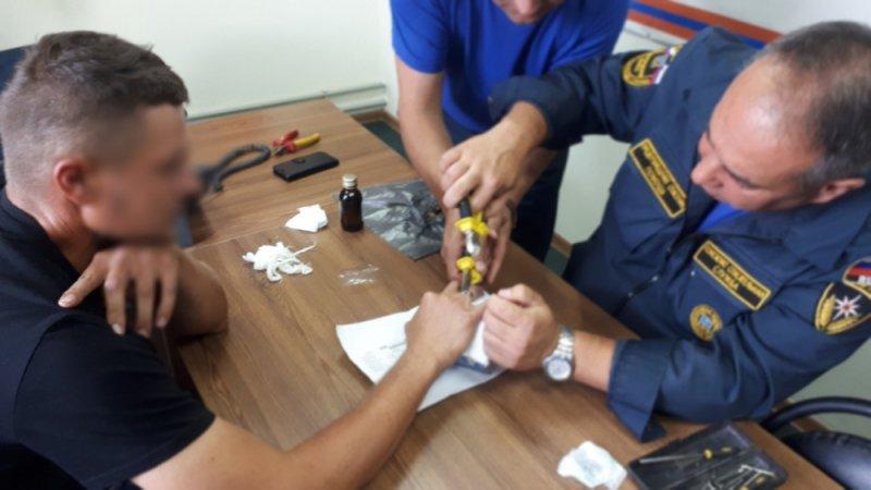 Спасатели помогли белгородцу снять кольцо с отёкшего пальца, фото-1