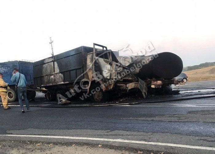 Под Белгородом после столкновения загорелись два грузовика, фото-1