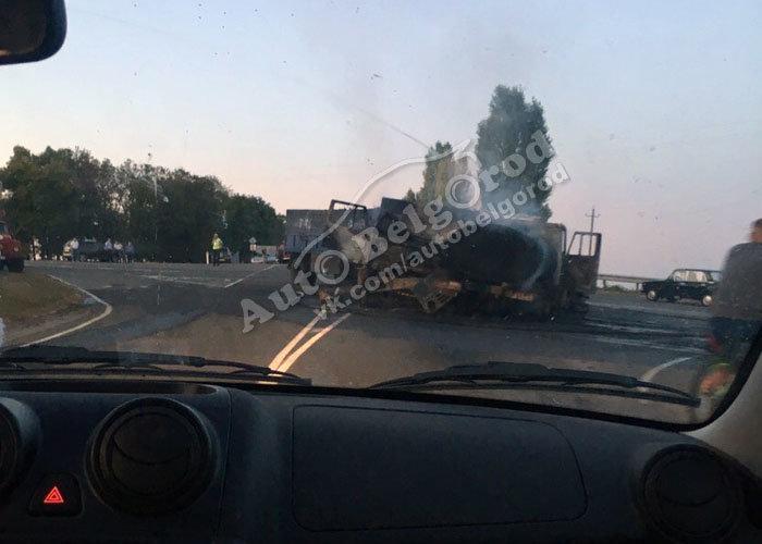 Под Белгородом после столкновения загорелись два грузовика, фото-2