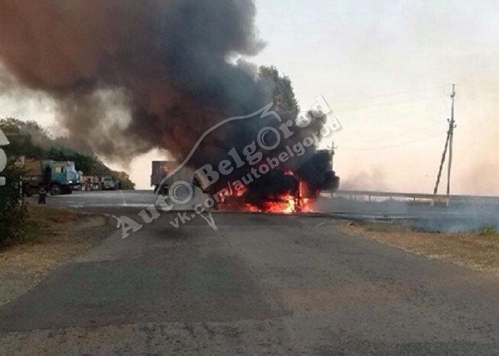 Под Белгородом после столкновения загорелись два грузовика, фото-3