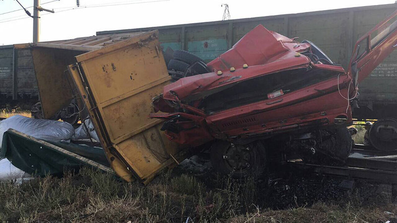 В Белгородской области КамАЗ влетел в грузовой поезд, фото-1