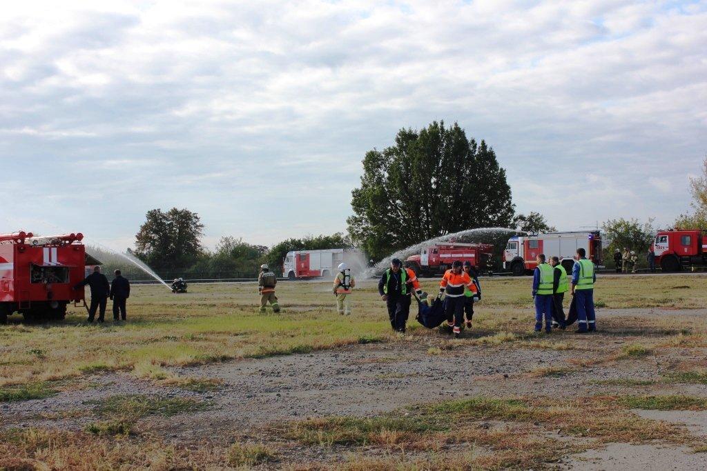 В Белгороде посадили аварийный самолёт. Спасатели провели учения, фото-7