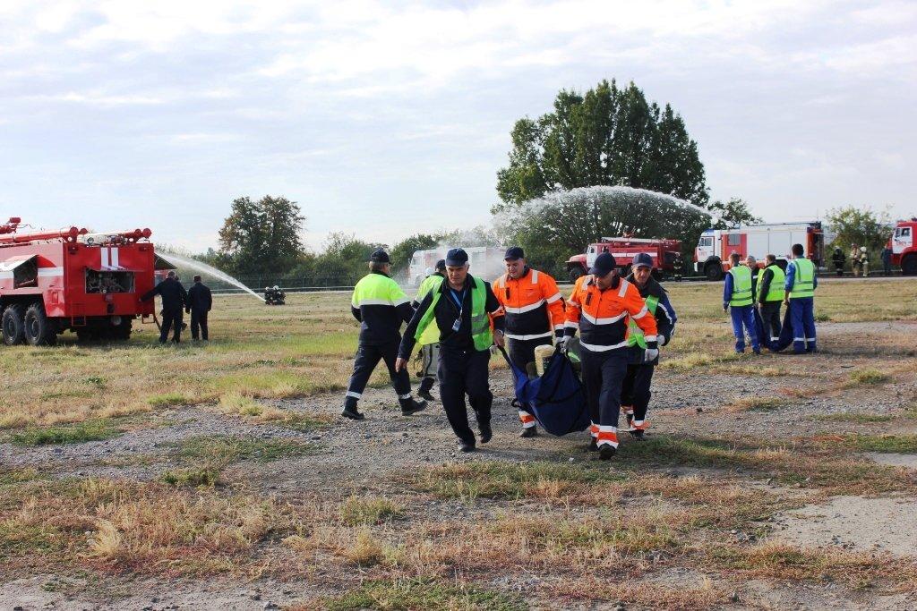 В Белгороде посадили аварийный самолёт. Спасатели провели учения, фото-8