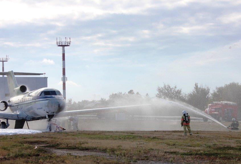 В Белгороде посадили аварийный самолёт. Спасатели провели учения, фото-1