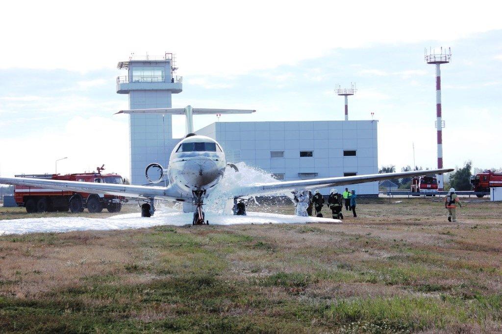В Белгороде посадили аварийный самолёт. Спасатели провели учения, фото-2