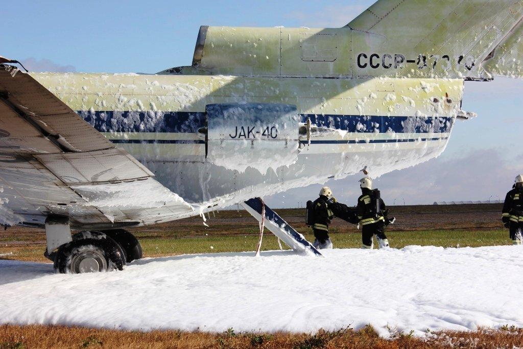 В Белгороде посадили аварийный самолёт. Спасатели провели учения, фото-3