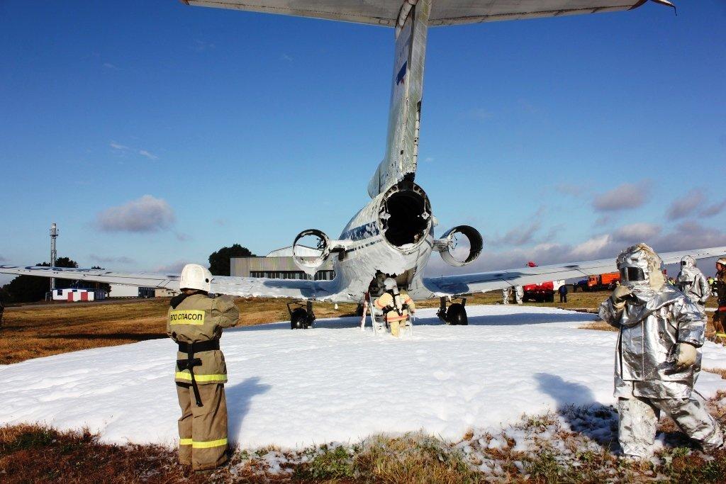 В Белгороде посадили аварийный самолёт. Спасатели провели учения, фото-4