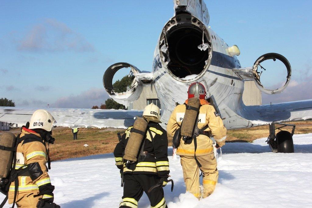 В Белгороде посадили аварийный самолёт. Спасатели провели учения, фото-5