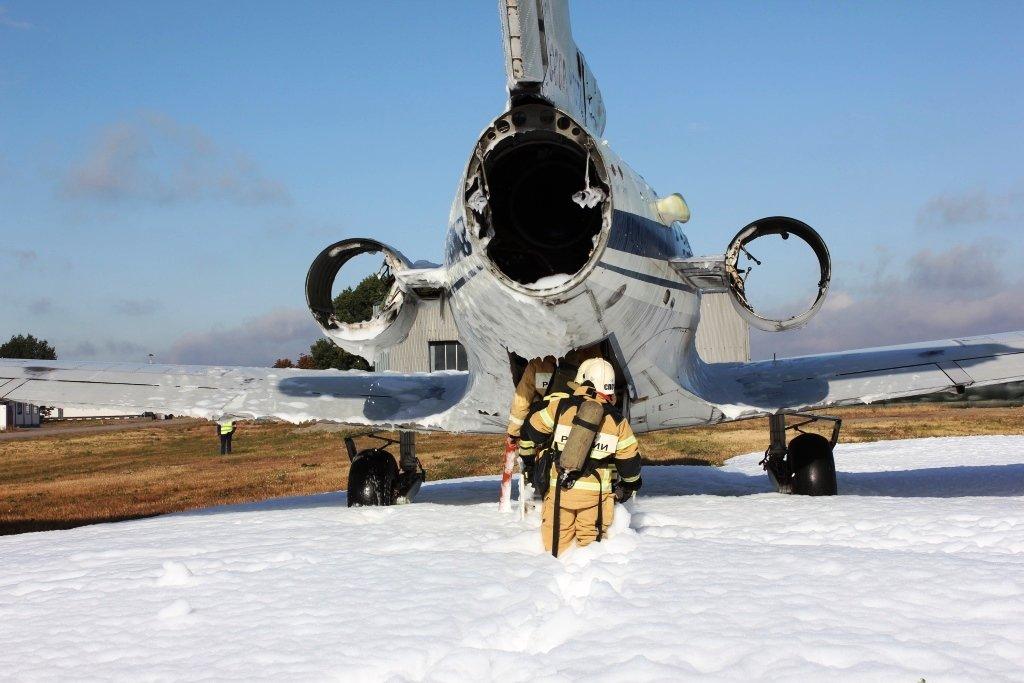 В Белгороде посадили аварийный самолёт. Спасатели провели учения, фото-6