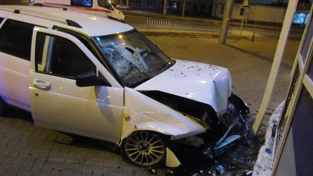 Пьяный водитель на скорости влетел в автомагазин в Белгороде, фото-1