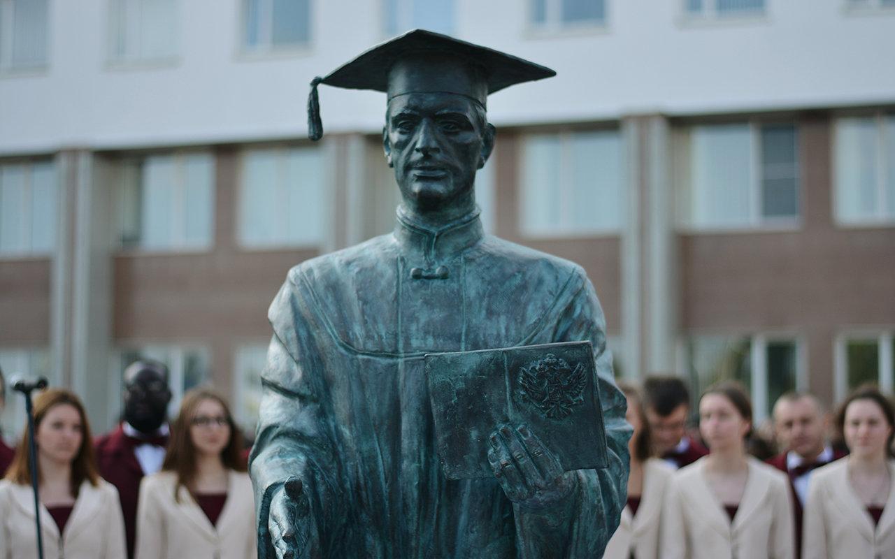 В Белгороде появилась скульптура «Вручение диплома», фото-1