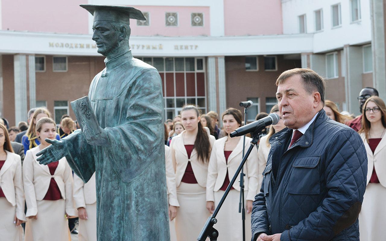 В Белгороде появилась скульптура «Вручение диплома», фото-4