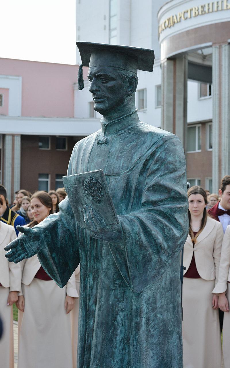 В Белгороде появилась скульптура «Вручение диплома», фото-2