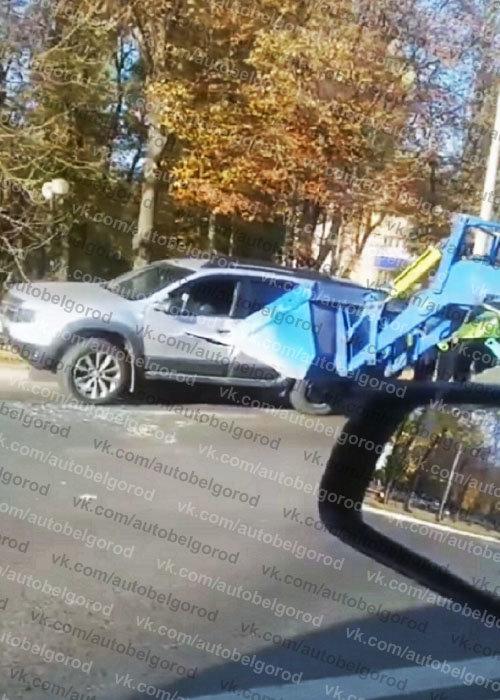 В Белгороде трактор ковшом пробил легковушку, фото-1