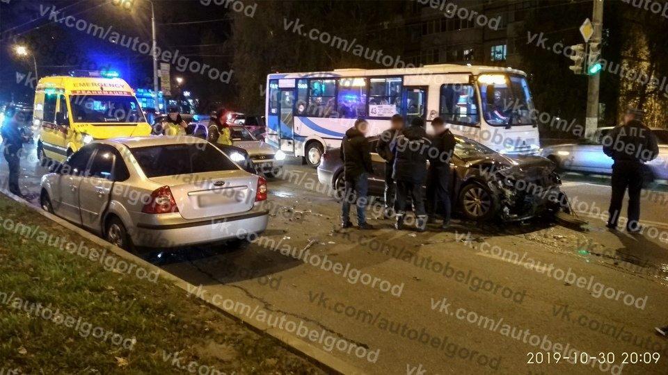 В Белгороде в столкновении двух иномарок пострадали три человека, фото-1