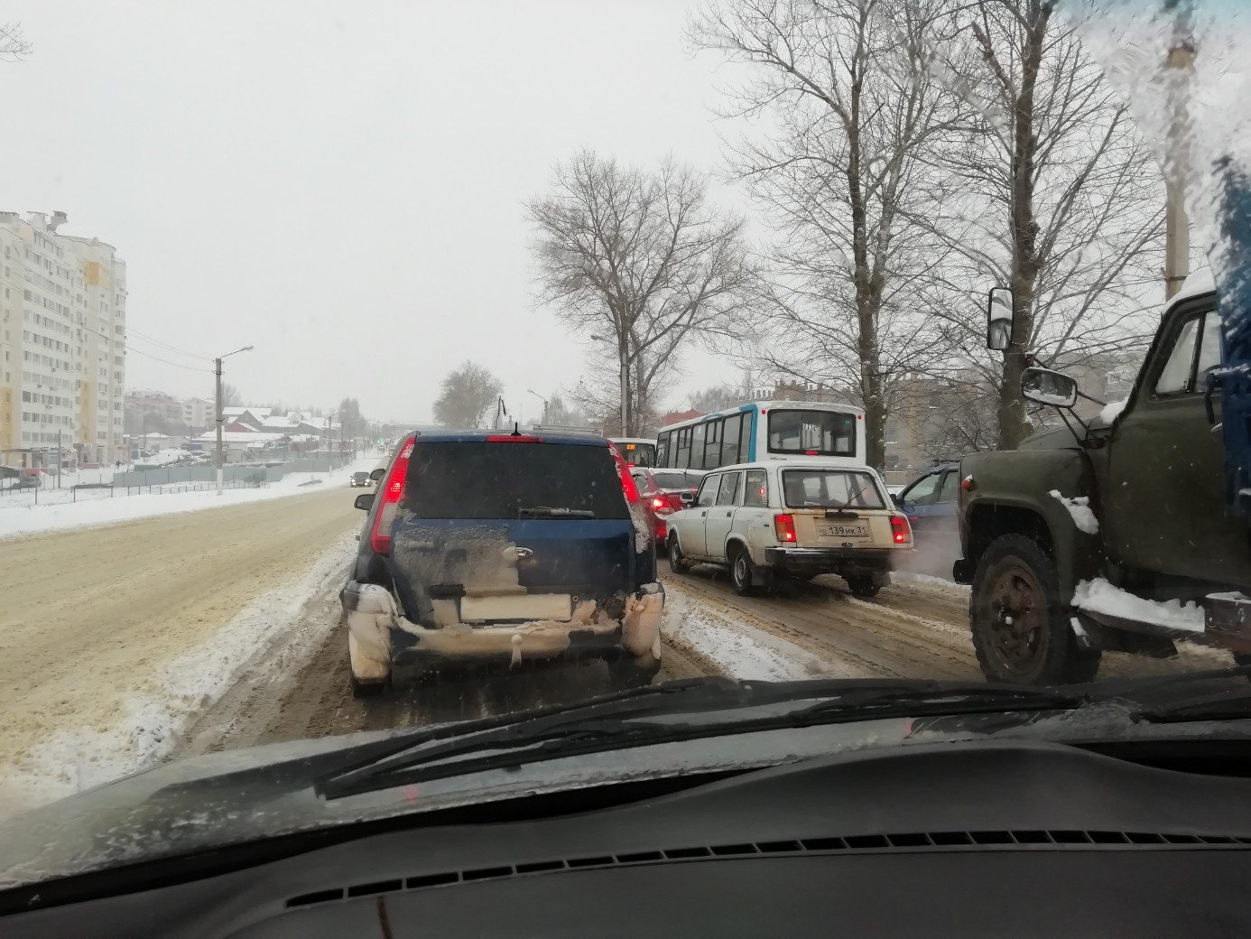 «Зато площадь очищена!» Что говорят белгородцы о дорожных заторах после первого снегопада, фото-2