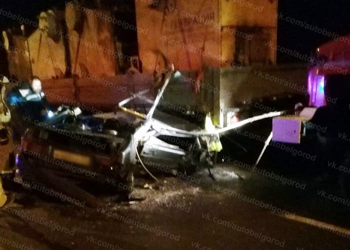 В Белгородской области легковушка влетела в стоящий грузовик, водитель в больнице, фото-1