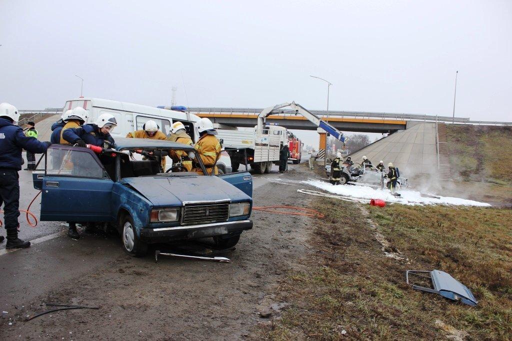 На трассе под Белгородом спасли людей из охваченной пламенем машины, фото-1