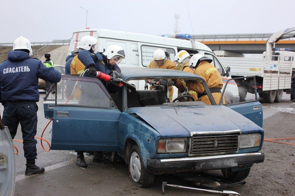 На трассе под Белгородом спасли людей из охваченной пламенем машины, фото-2
