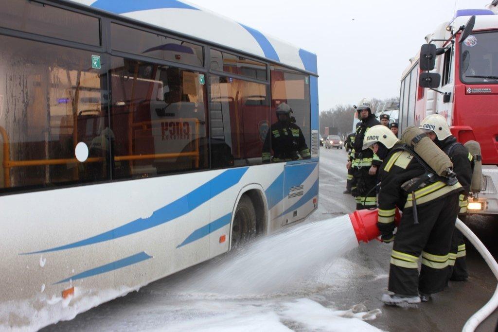 На трассе под Белгородом спасли людей из охваченной пламенем машины, фото-3