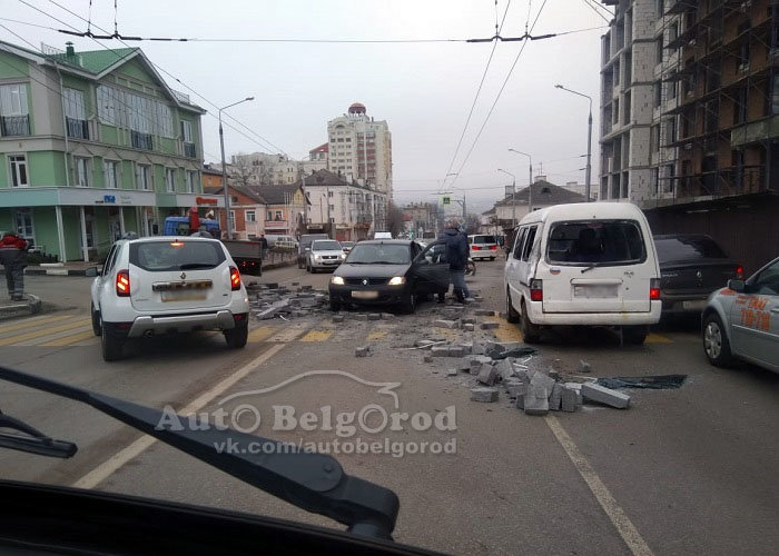 В Белгороде грузовик растерял на дороге блоки: повреждён микроавтобус , фото-1