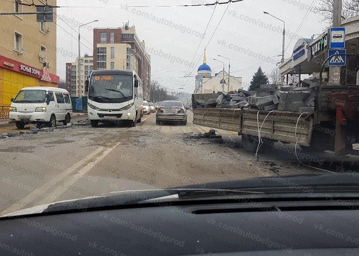 В Белгороде грузовик растерял на дороге блоки: повреждён микроавтобус , фото-2